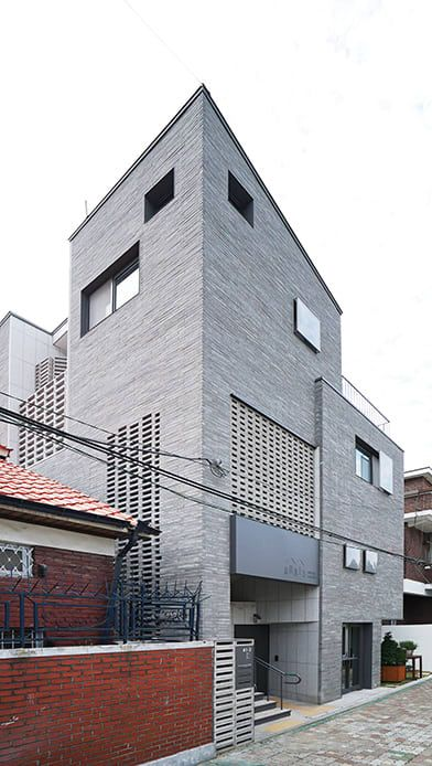 중정 구조로 단단함과 개방감을 동시에 노린 주택 (출처 Jihyun Hwang)