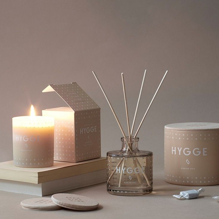 The Skandinavisk Hygge diffuser from Hus & Hem brings a subtle, sophisticated Nordic fragrance to your home for months on end.  Hygge [HU-GAH]. Hygge is Danish DNA, a reflection of the Scandinavian art of creating intimacy, fellowship and cosiness in the smallest everyday moments. With echoes of brewed tea and baked strawberry cake, rose petals and wild mint.