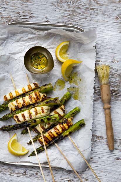 Halloumi-asparagus skewers. grillhttp://www.jotainmaukasta.fi/2015/04/24/parsa-halloumivarras-grillissa/