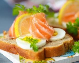 Tartine détox au saumon, oeuf dur et citron pour petit déj tonique : http://www.fourchette-et-bikini.fr/recettes/recettes-minceur/tartine-detox-au-saumon-oeuf-dur-et-citron-pour-petit-dej-tonique.html