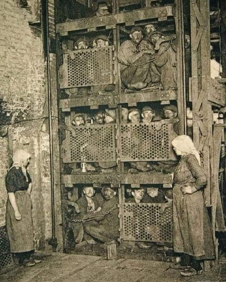 Emigrati italiani in Belgio risalgono da una miniera dopo un turno di 10 ore. Marcinelle, 1912.