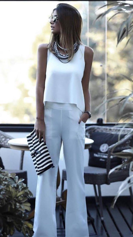 Bianco dominante con accessori importanti