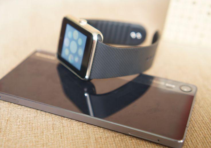 Thiết bị này dùng khung thép khá dày và chắc, các cạnh vát kim cương. Trong khi đó, dây đeo được làm bằng nhựa, không thể tháo rời như một số mẫu smartwatch dùng dây tiêu chuẩn hiện nay.
