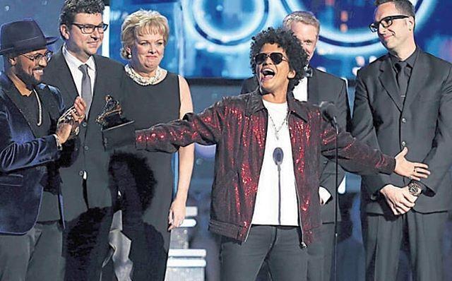 O cantor Bruno Mars foi o grande vencedor do Grammy 2018 realizado no Madison Square Garden em Nova York na noite de domingo. O havaiano levou para casa seis estatuetas entre elas a de canção do ano com Thats What I Like e de disco do ano com 24K Magic.  #BrunoMars #Grammy2018 #NovaYork #NewYork #NY #24kmagic #thatswhatilike #cultura #lazer #musica #pop #vencedor #madisonsquaregarden #internacional #dgabc #noticias@brunomars