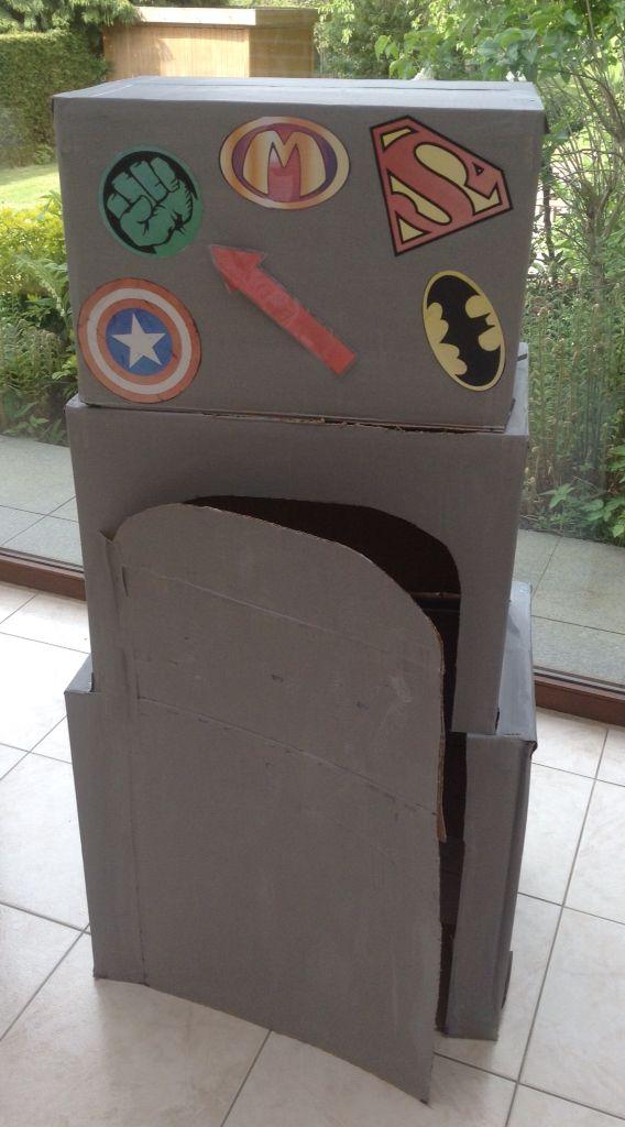 Superhelden transformator: de kinderen kruipen in de transformator en komen eruit als een echte superheld. De pijl wijst naar welke superheld ze willen worden. (Deze is bevestigd met velcro)