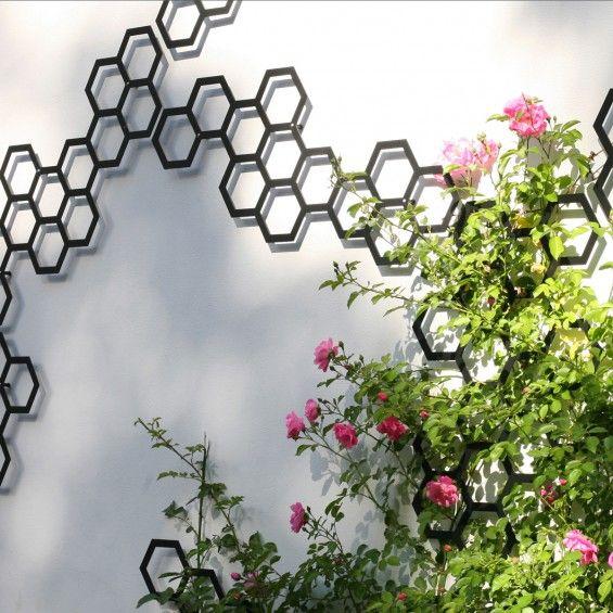 Une façon originale et efficace d'accompagner vos plantes grimpantes et d'habiller vos murs extérieurs d'une touche design grâce au Treillage Comb-ination