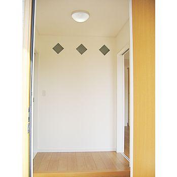 玄関ホールにアクセントのガラスブロックを施工しました。ここからの光は畳スペースを照らしています。