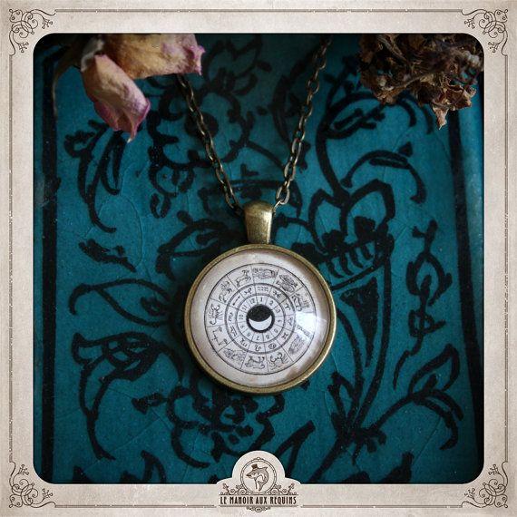 Pendentif ROUE DU ZODIAQUE ZODIAC WHEEL pendant astrologie astrology retro victorian medieval bijou jewel — Le Manoir aux Requins