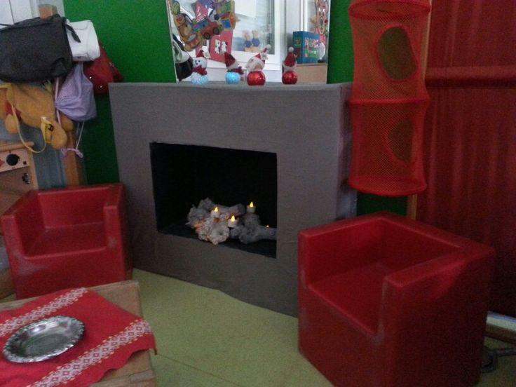 Thema kerst: Open haard in de poppenhoek.
