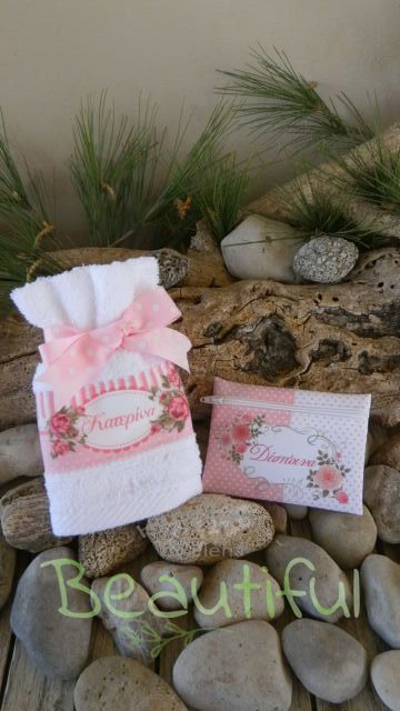 Μοντέρνες μπομπονιέρες. Μπομπονιέρα βάπτισης κορίτσι πετσέτα, λευκή βαμβακερή και πορτοφολάκι υφασμάτινο με θέμα floral χειροποίητο.