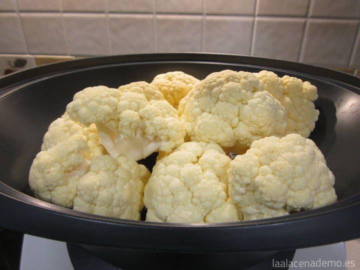 La coliflor al vapor es muy fácil de hacer en el recipiente Varoma. Su aporte de fibra y vitaminas hacen que sea un buen acompañamiento para nuestros platos