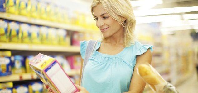 Cuando hacemos la compra solemos dejarnos llevar por los reclamos comerciales de productos cuyas etiquetas dicen light, bajo en calorías, 0% materia grasa,... Sin embargo, muchos de estos productos son auténticas bombas calóricas y no lo sabemos.