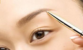 理想の眉メイクの前に まずは自分の眉毛を整えることからはじめましょう。