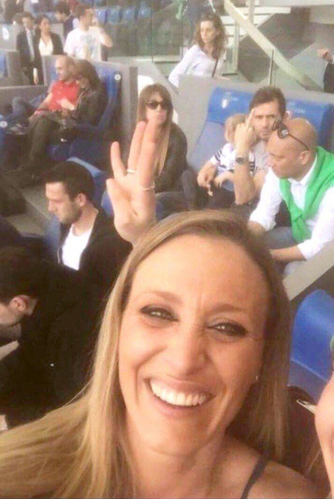 Lazio-Roma 1-4, tifosa romanista si fa il selfie. Ecco la reazione di Lulic (FOTO)