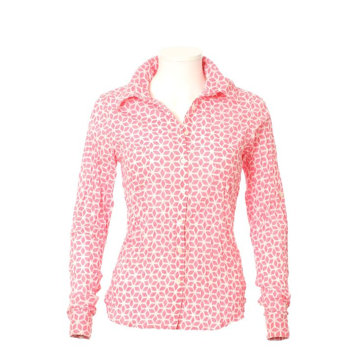 Chemise femme en coton imprimé. Edition limitée.  100% coton.  Motif géométrique rose sur fond blanc, pour vous habiller de gaîté et de bonne humeur!