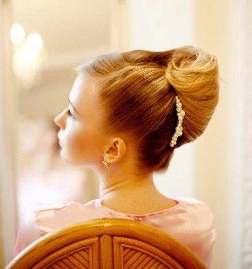 Acconciatura anni 50 #wedding #hair #hairstyle capelli-raccolti-con-banana-e-spilla