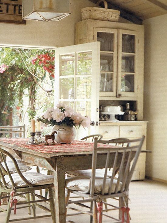 I love this sweet dining room