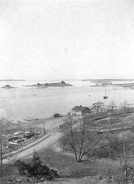 Tuntematon kuvaaja, valokuva 1893 jälkeen, Ursinin uimalaitos - 1900-luvulle tultaessa uimarakennus purettiin ja kaupunki rakennutti sen tilalle uuden laitoksen aikaisemmalta paikalta hieman länteen päin, koska vesi oli siellä puhtaampaa. Ursinin uimalaitos purettiin 1934.