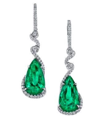 Omi Privé received first ever Platinum craftsmanship award  a pair of earrings featuring an exquisite 13.60 carats total weight pair of Colombian emeralds.
