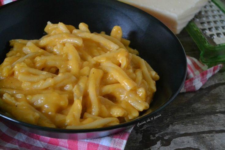 Pasta patate e provola ricetta napoletana, un piatto povero della tradizione ma ricco di sapore. Filante e saporito tutto da scoprire