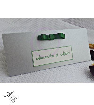 Plic de bani din carton sidefat gri cu fundita dubla verde si etcheta personalizata cu numele mirilor. www.invitatiicreative.com