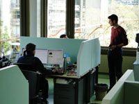 ARbeitsplatz mit akustischen Schreibtischblenden