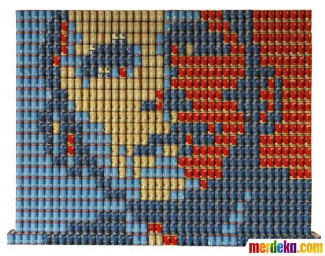 Kumpulan kaleng minyak zaitun dan kacang hitam disusun sedemikian rupa hingga membentuk wajah Presiden Obama.