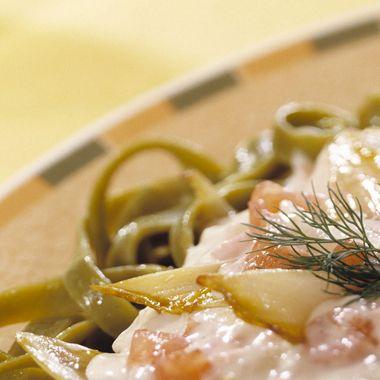 Kook de pasta beetgaar. Maak het witlof schoon en snijd deze in de lengte doormidden en nogmaals middendoor. Verhit de olie in een wok of koekenpan en roer