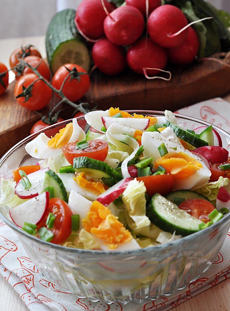Sałatka z jajkiem i warzywami. Ta lekka sałatka jest dobra na każdą okazję. Polskie nowalijki są już dostępne. Polecam więc przygotować prostą i szybką w wykonaniu sałatkę z jajek, sałaty, ogórków, pomidorów i rzodkiewki to dietetyczna sałatka, którą można jeść … Czytaj dalej →