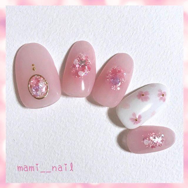 .+* 桜 ネイル 。:+ ・ °*.*⑅︎ ・ 前回からの流れで 春の桜ネイルを ⑅︎◡̈︎* . . 全体を薄ピンクに塗ったら 中心部だけ少し濃いめのクリアピンクを乗せ チークネイル風にし、 その上から、少しぷっくりするように スパンコールネイルを 2〜3度 重ねて丸く乗せています。 . 薬指はホワイトベースに ピンク色で桜と花びらを描きました*‧⁺ . 今回はジェルを使用しましたが、 ポリッシュでも同じ工程で出来るデザインです◡̈⃝︎ . . これから冬本番ですが、 先日、初詣に行った神社では 早咲きの桜が少しだけ咲いていました! . 桜が好きなので 春が待ち遠しいです( *ˊᵕˋ)✩︎‧₊ . . 明日は、アナ雪ネイルを掲載致します♬︎*. . . 《 使用カラー 》 * HOMEI ウィークリージェル ( WA-0 Clear, WG-1 Wedding Dress, WG-2 Framboise, WG-3 Vin Rose ) * HOMEI スパンコールネイル ( HM-20U キューピッド大作戦 ) @homei_nail ・ ・ 2017. 1. 12 (…