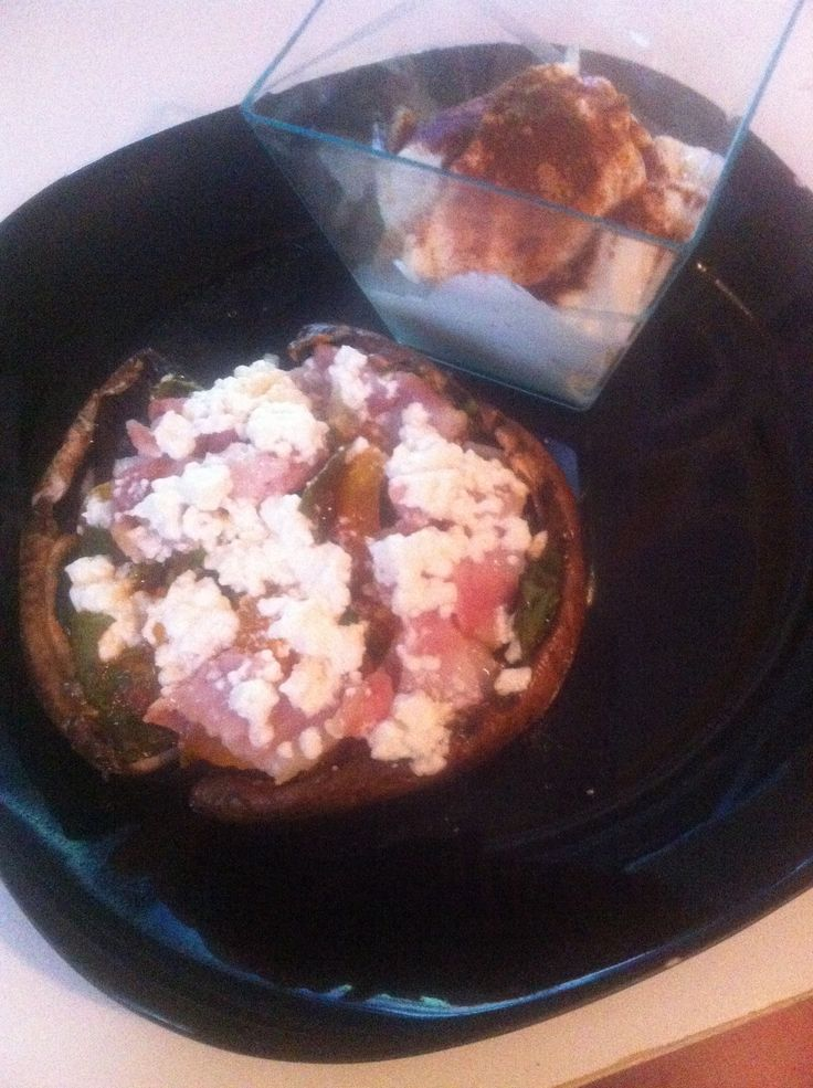 Breakfast: Portabello mushrooms filled with spinach, tomatoes, garlic, bacon an feta cheese. With Greek yogurt on the side with cinnamon. + 2 cups of water. I ended up having 2 of these mushrooms :) really yum!