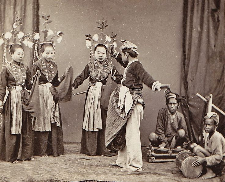 Dancers from Gorontalo, North Celebes, Dutch Indies (1910s) (now: Sulawesi, Indonesia) Photographer: Hendrik Veen