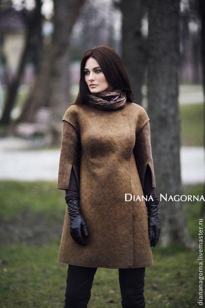 Пальто войлочное. Лёгкое пальто , выполнено в технике валяния из итальянской мериносовой шерсти . Ручная работа.  Пальто застёгивается на красивые  потайные кнопки. Классический элегантный силуэт.