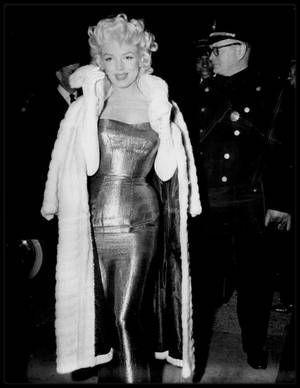 """24 Mars 1955 / (Part III) Marilyn dans sa chambre de l""""Ambassador Hotel"""", se prépare afin d'assister, accompagnée de Milton GREENE, à la Première de la pièce de Tennessee WILLIAMS, """"The cat on hot tin roof""""."""