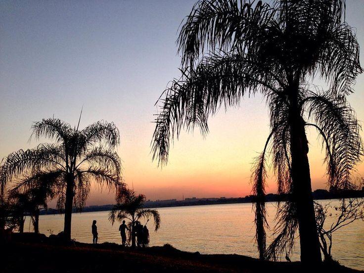 Se a vida muitas vezes só chuvisca só garoa E tudo não parece funcionar Deixa esse problema à toa Pra ficar na boa Vem pra cá . . . . #sunset #ermidadombosco #brasília #lagoparanoá #saved #colorful #naturelovers #igersbsb