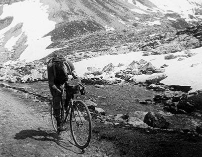 1910 - Le Tour découvre la haute montagne  Le peloton a déjà grimpé le Ballon d'Alsace (1905), mais s'attaque maintenant aux sommets des Pyrénées, avec l'ambition de suivre au plus près les frontières de l'hexagone. L'année suivante, le Tour s'aventure dans les Alpes, avec une ascension jusqu'au col du Galibier.