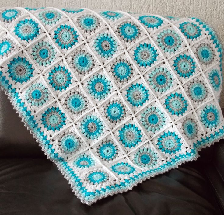 Baby Blanket with pattern - Granny Square - free tutorial.