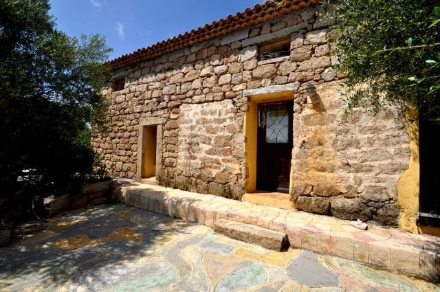 150 M2 #FARMHOUSE  WITH 1 HA LAND FOR SALE IN #SANPANTALEO, NORTH #SARDINIA, #ITALY  This is a typical Gallura's  farmhouse, or stazzu, found in the hamlet of La Muratina, 9 km away from San Pantaleo: it has  built in 1623, that sits on a fully fenced plot of 10,000 square meters, carpeted with  the region suggestive granite and fragrant vegetation  scattered across an expansive flat grass fields.