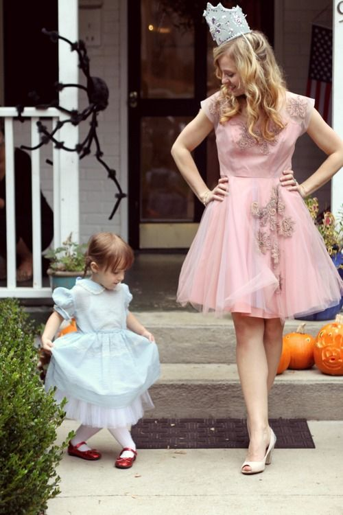 Aww!! How cute is that?!mother daughter costume. Dorothy & Glinda the good witch