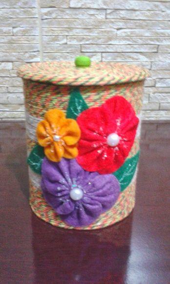 Lata de leite ninho reciclada revestida com barbante com flores de feltro. Linda peça para decorar seu ambiente ou presentear. Usada como porta trecos ou pote de balas ou o que você preferir. Peça exclusiva. R$ 20,00