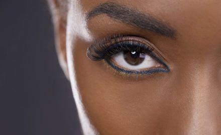 Destaque seu olhar sem maquiagem com o alongamento de cílios