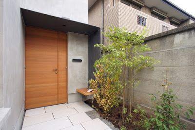 玄関扉を囲む庇は、鉄板にリン酸処理亜鉛メッキが施されている。japan-architects.com