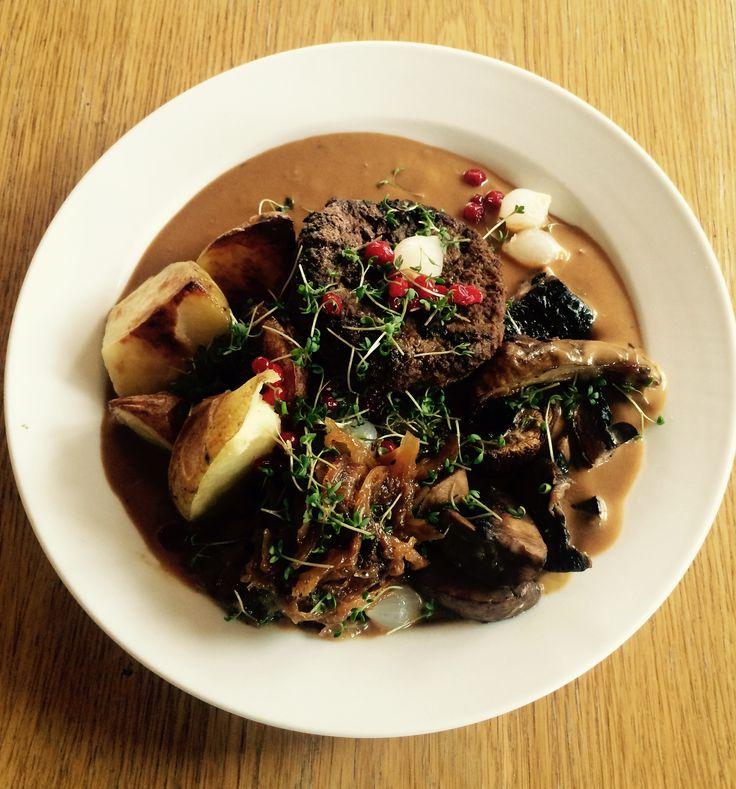 Dansk Bøf med brun sauce, bløde løg og Portobello svampe. Lækker klassisk ret, med et moderne pift.