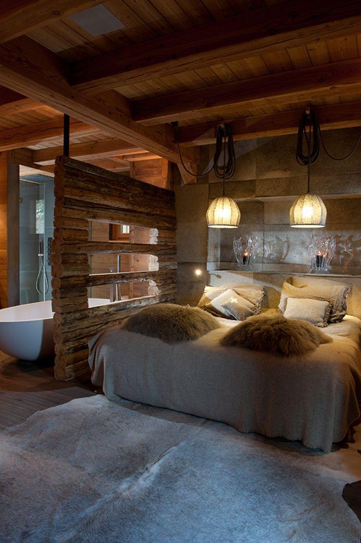 Chambre et salle de bain avec mur en vieux madriers - Chalets La Rosière - Chalets Bayrou