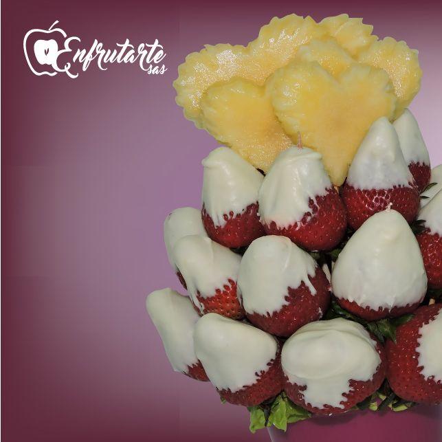 Tentador #arreglofrutal AMOR DULCE: piña y fresas bañadas con la magia del chocolate blanco. Búscalo en  www.enfrutarte.com #Enfrutarte #chocolate #postres #frutas #regalos