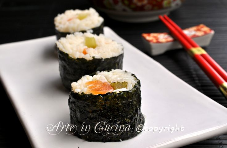Sushi maki fatto in casa, ricetta facile, primo piatto light, per una cena leggera, perfetta a base di pesce, con salmone, cetrioli, salsa di soia e alghe nori