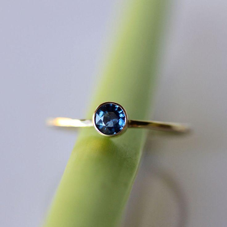 Strahlenden kleinen Saphir auf einem zarten goldenen Band. Dieser Stein ist solch eine reiche und lebendige blau... eine erstaunliche Pop Farbe, das kann nicht verpasst werden! Sieht gorgeous allein oder mit anderen Ringe gestapelt.   ~~~~~~~~~~~~~~~~~~~~~~~~~~~~~~~~~~~~~~~~~ Edelstein: 4mm / VS Klasse / genuine blau Saphir / Konflikt gratis Metall: Recycling-14 k solid Gelbgold (auch erhältlich in recycelten 14 k Weißgold) Band: 1mm quadratisch-Band / Gehämmerte / hoher Glanz finish…