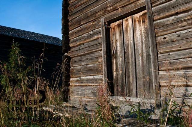 Old barn in the village of Kaukonen, in the municipality of Kittilä in Finnish Lapland. Photo by Jani Kärppä. #filmlapland #finlandlapland #arcticshooting