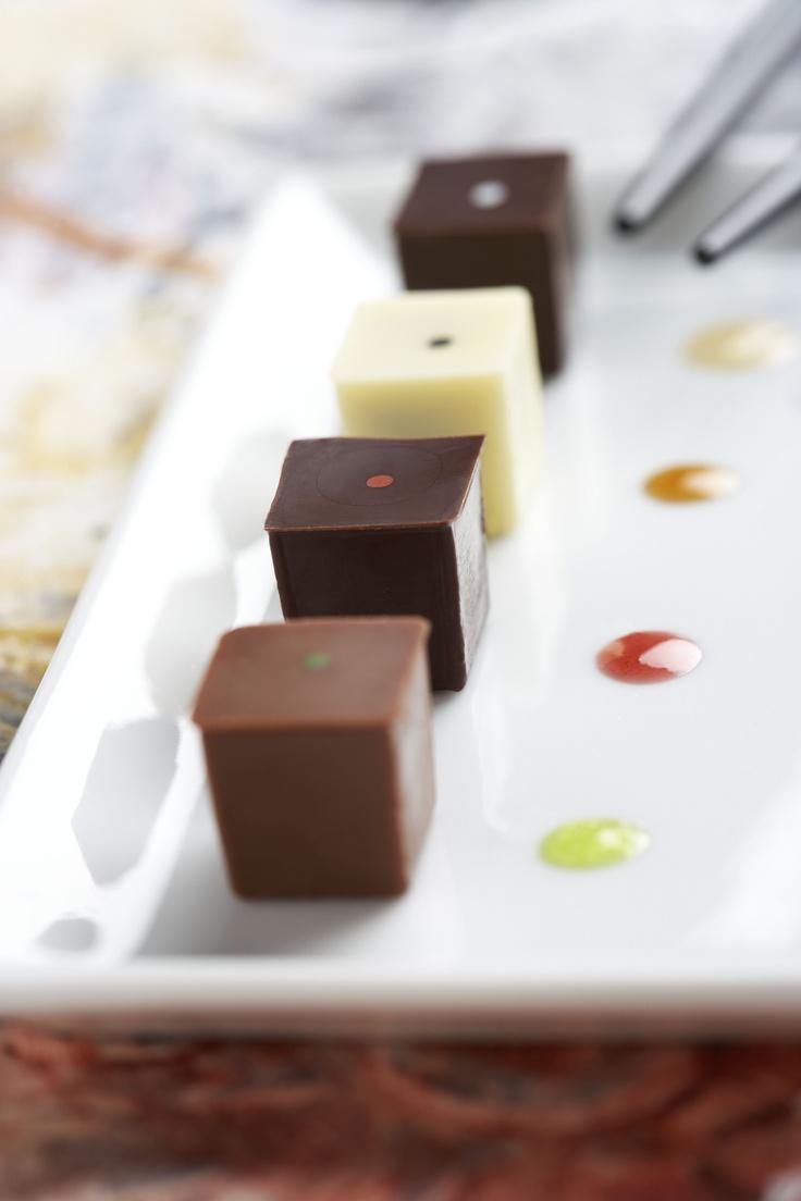 SUSHI CHOKOLADE - Innovation - Det rituelle og skærpelse af sanserne var ledetrådene i udviklingen af Summerbirds chokoladesushi. Chokoladen skulle ikke frådses med, men derimod nydes i små delikate stykker, kombineret med flydende modspil at dyppe i. En ny måde at opleve chokolade på, sanserne skærpes, smagsoplevelserne bliver dybere og mere nuancerede... En zenoplevelse i chokolade.