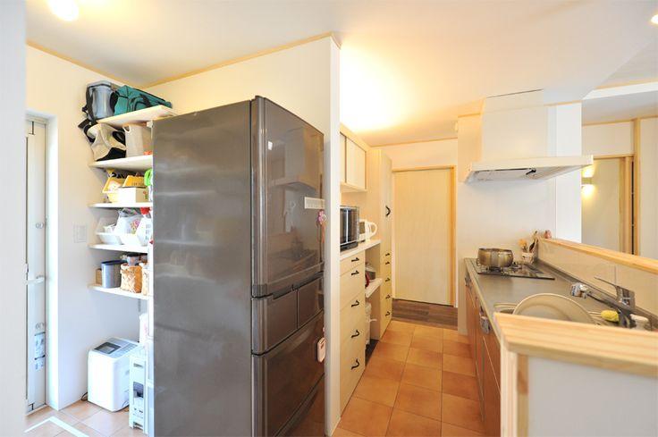 キッチン裏 左サイド 勝手口付きパントリー 冷蔵庫側面が解放されているので 放熱もよく 買い替え時のサイズ変更も容易 家 キッチンデザイン 家 づくり